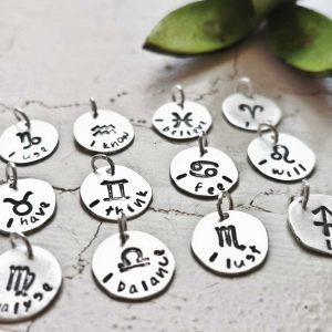 Individualisierter Schmuck-Anhänger, Sternzeichen, Schriftanhänger, Gravurschmuck, Spruchkette, Wunschschmuck, Namensschmuck, personalisierter Schmuck, mit Buchstaben geprägter Schmuck